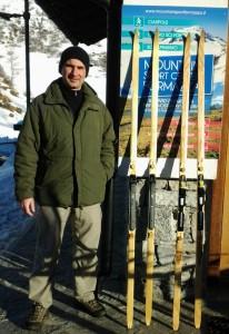 Renato Molinato con i suoi sci davanti al Centro del Fondo di Riale Formazza